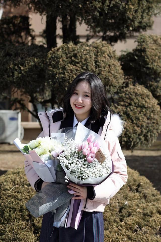 Sao Hàn 8/2: Sao nhí Gia đình là số 1 Jin Ji Hee xinh ngất ngây trong lễ tốt nghiệp-1