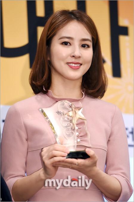 Sao Hàn 8/2: Sao nhí Gia đình là số 1 Jin Ji Hee xinh ngất ngây trong lễ tốt nghiệp-6