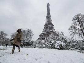 Paris bỗng biến thành xứ sở tuyết trắng