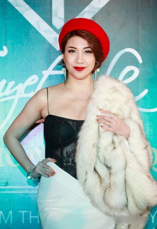 Linh Chi mặc váy hở trên xẻ dưới, đứng đầu top sao mặc xấu tuần qua-3