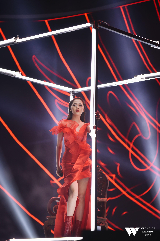 Linh Chi mặc váy hở trên xẻ dưới, đứng đầu top sao mặc xấu tuần qua-9