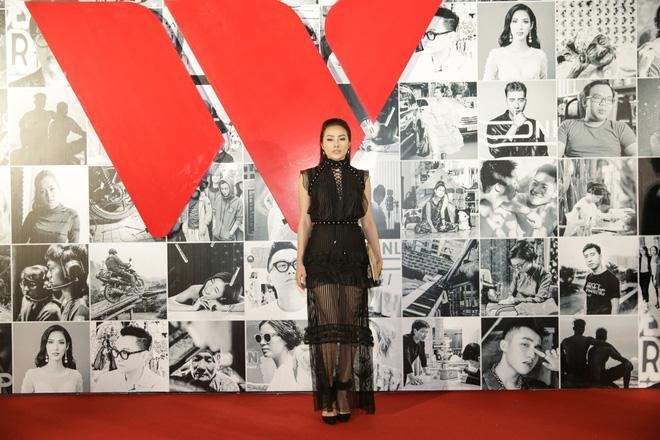 Linh Chi mặc váy hở trên xẻ dưới, đứng đầu top sao mặc xấu tuần qua-8