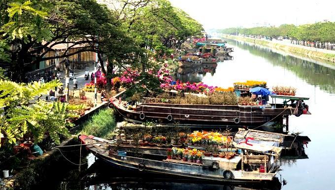 Thuyền hoa xuân tấp nập bên bến sông Sài Gòn-1