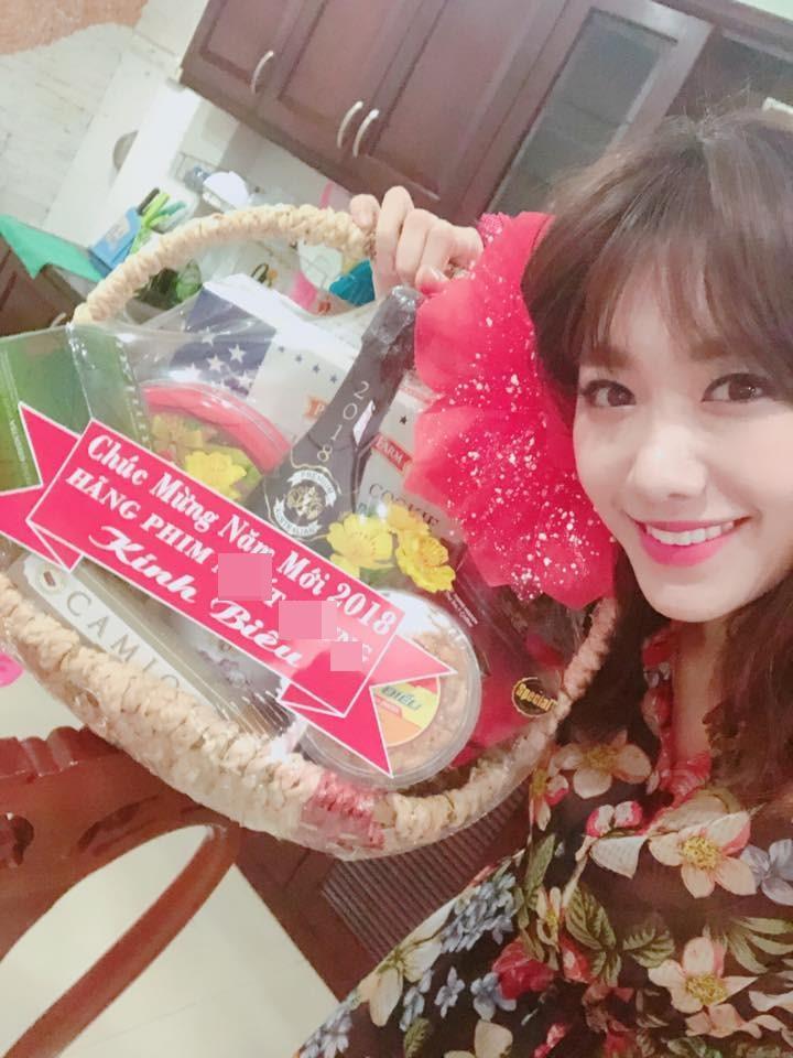 Tin sao Việt: Angela Phương Trinh trổ tài bé đảm thiết kế quà tết cho người thân-3