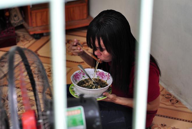 Tuyển thủ U23 Việt Nam giúp nữ công nhân bị nợ lương về quê đón Tết-1