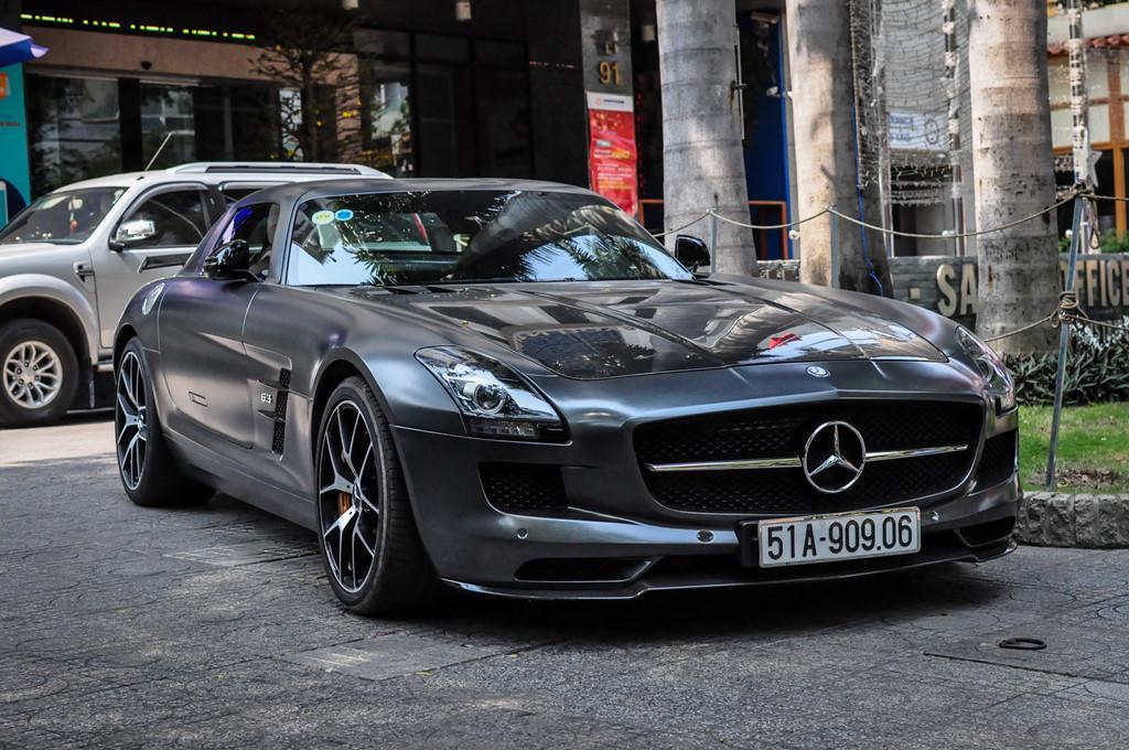 Mercedes SLS AMG GT nhà chồng Tăng Thanh Hà tái xuất trên phố-1