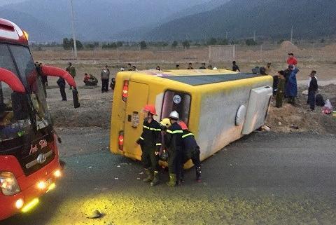 Lật xe khách chở 30 người từ TP HCM về quê ăn tết, ít nhất 12 người thương vong-1