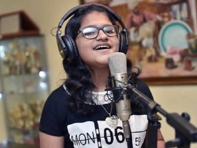 Hát 102 thứ tiếng trong hơn 6 giờ, nữ sinh 12 tuổi lập kỷ lục Guinness-1