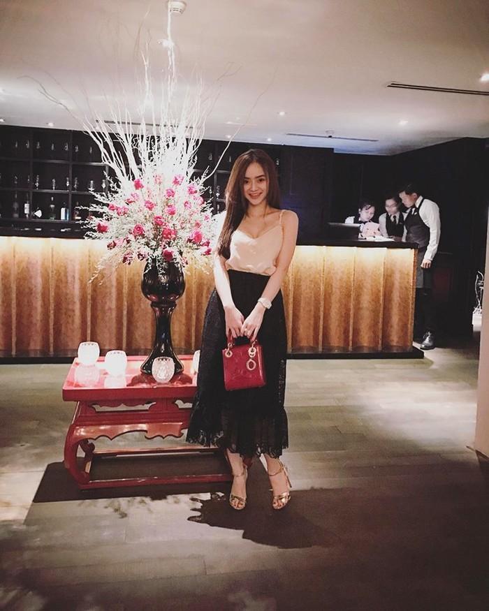 Có chị xinh đẹp, giỏi giang em gái Angela Phương Trinh ngày càng quyến rũ, người dát toàn đồ hiệu-2