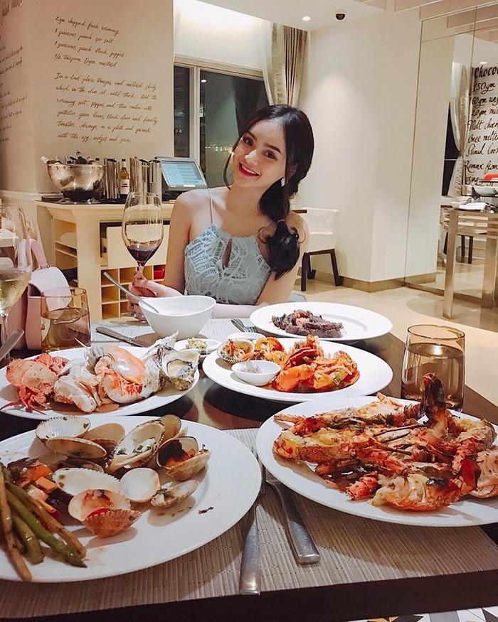Có chị xinh đẹp, giỏi giang em gái Angela Phương Trinh ngày càng quyến rũ, người dát toàn đồ hiệu-7