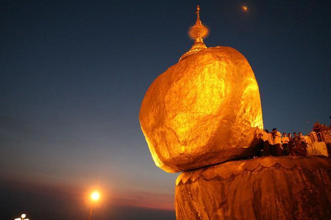 Hòn đá thiêng nghiêng không đổ ở Myanmar-1