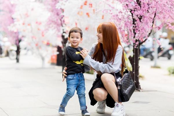 Dạo phố đầu xuân cùng con trai, single mom Thu Thủy đã buông bỏ hoàn toàn bi lụy-2