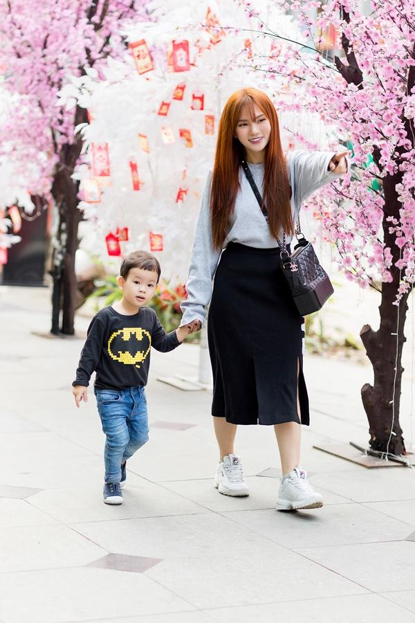 Dạo phố đầu xuân cùng con trai, single mom Thu Thủy đã buông bỏ hoàn toàn bi lụy-3