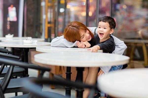 Dạo phố đầu xuân cùng con trai, single mom Thu Thủy đã buông bỏ hoàn toàn bi lụy-4