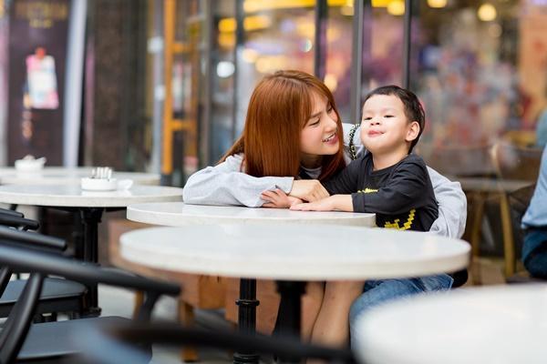 Dạo phố đầu xuân cùng con trai, single mom Thu Thủy đã buông bỏ hoàn toàn bi lụy-6