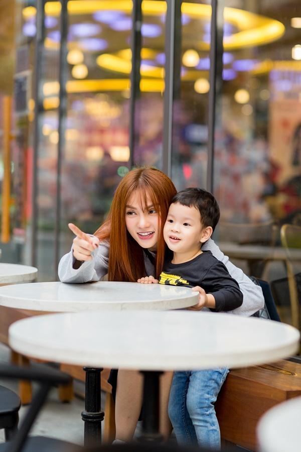 Dạo phố đầu xuân cùng con trai, single mom Thu Thủy đã buông bỏ hoàn toàn bi lụy-5