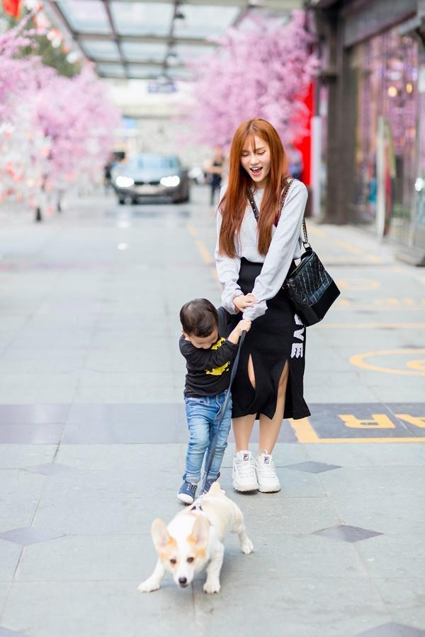 Dạo phố đầu xuân cùng con trai, single mom Thu Thủy đã buông bỏ hoàn toàn bi lụy-7