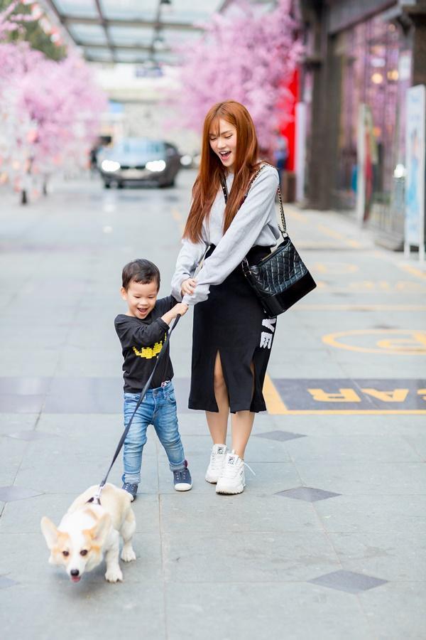 Dạo phố đầu xuân cùng con trai, single mom Thu Thủy đã buông bỏ hoàn toàn bi lụy-8