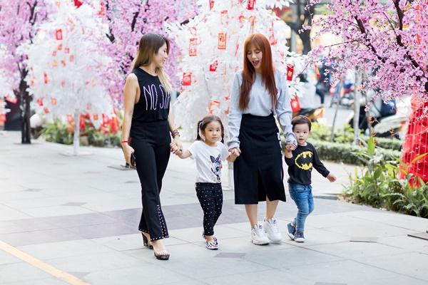 Dạo phố đầu xuân cùng con trai, single mom Thu Thủy đã buông bỏ hoàn toàn bi lụy-10