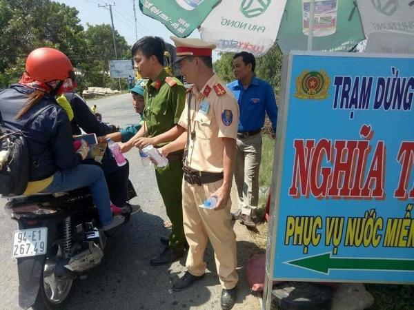 Xúc động hình ảnh cảnh sát giao thông phát nước, bánh ngọt miễn phí cho người dân về quê ăn Tết-3