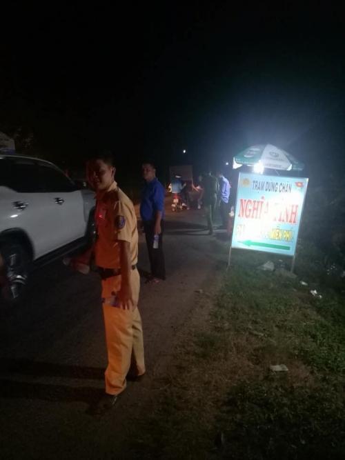Xúc động hình ảnh cảnh sát giao thông phát nước, bánh ngọt miễn phí cho người dân về quê ăn Tết-4