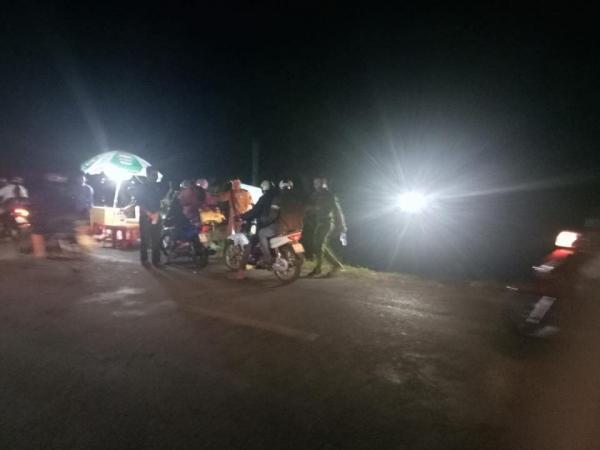 Xúc động hình ảnh cảnh sát giao thông phát nước, bánh ngọt miễn phí cho người dân về quê ăn Tết-5