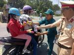Xúc động hình ảnh cảnh sát giao thông phát nước, bánh ngọt miễn phí cho người dân về quê ăn Tết