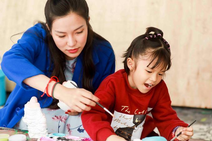 Lý Phương Châu bàng hoàng ám chỉ con gái ruột được Linh Chi dạy trang điểm dù bé mới lên 6-2