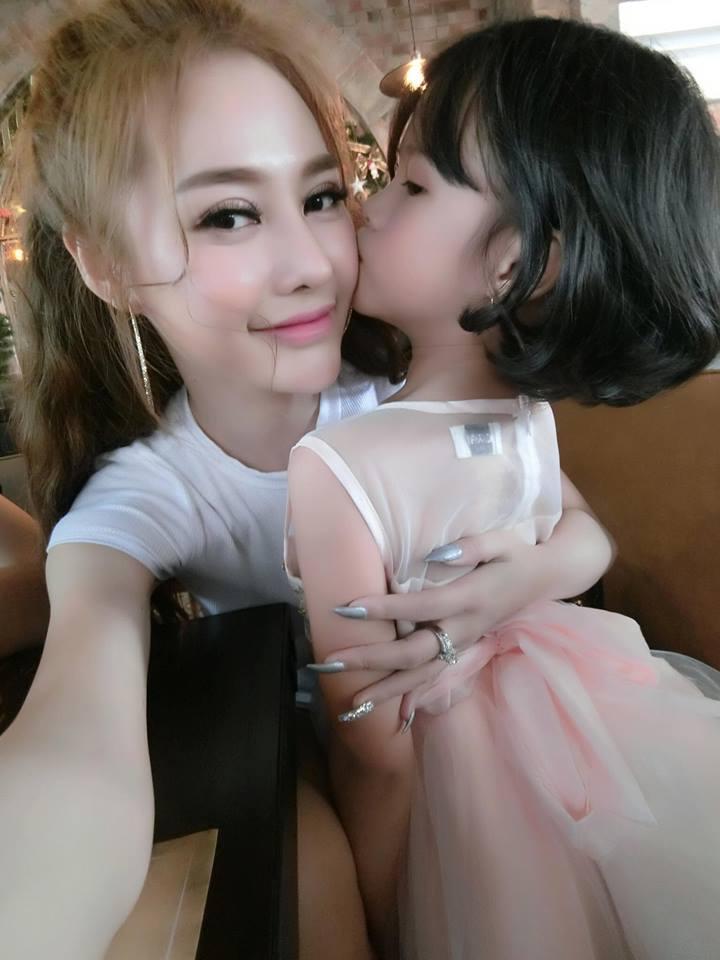 Lý Phương Châu bàng hoàng ám chỉ con gái ruột được Linh Chi dạy trang điểm dù bé mới lên 6-5