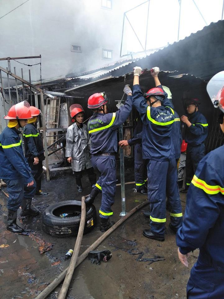Mùng 2 Tết bà hỏa ghé thăm, một dãy nhà ở Hà Nội bị thiêu rụi-1