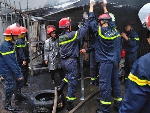 Mùng 2 Tết 'bà hỏa' ghé thăm, một dãy nhà ở Hà Nội bị thiêu rụi