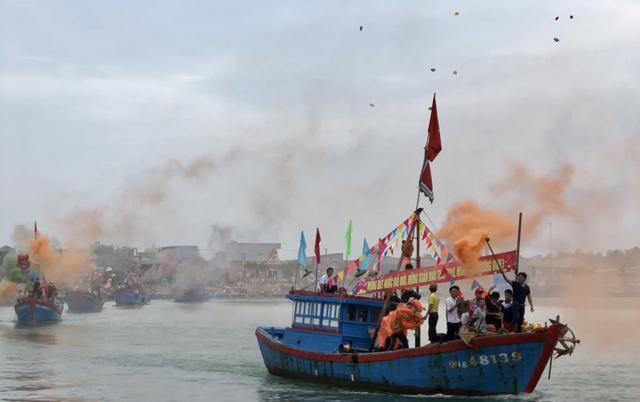 Ngàn người xem lễ xông biển đầu năm ở cửa biển Sa Huỳnh-2