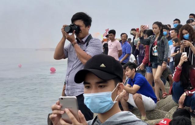 Ngàn người xem lễ xông biển đầu năm ở cửa biển Sa Huỳnh-4