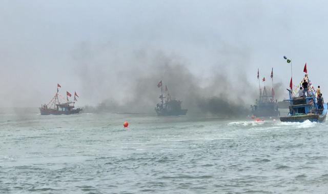 Ngàn người xem lễ xông biển đầu năm ở cửa biển Sa Huỳnh-5