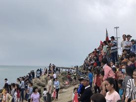 Ngàn người xem lễ 'xông biển' đầu năm ở cửa biển Sa Huỳnh
