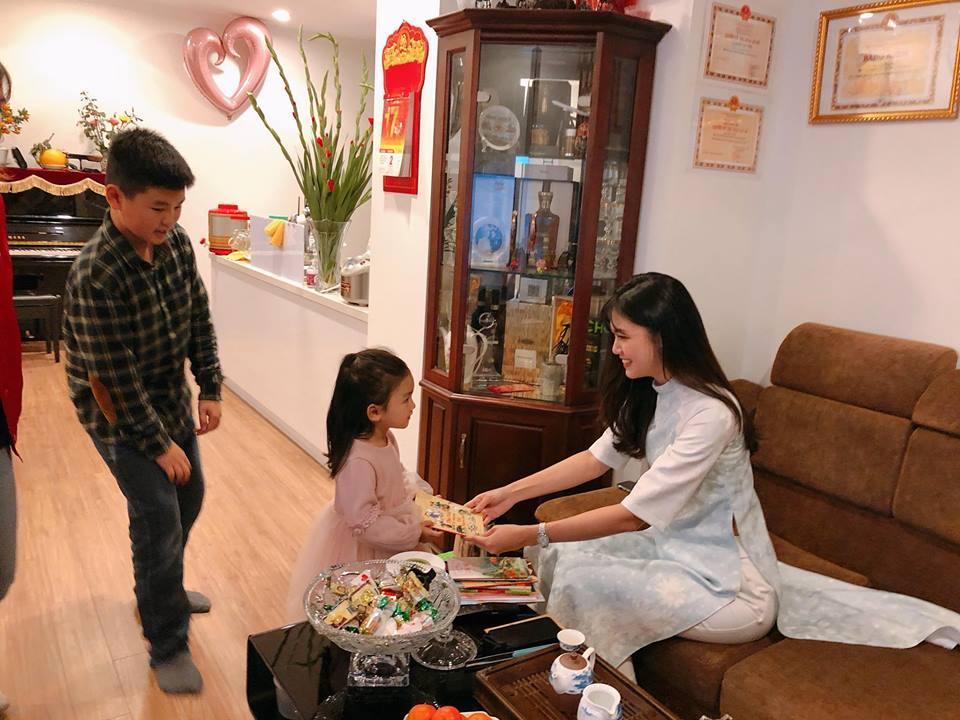 Tin sao Việt: Hoàng Thùy Linh bật mí khoảnh khắc ấu thơ răng sún-9