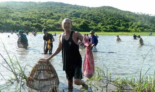 Độc đáo lễ hội đánh cá cầu may dưới chân núi Hồng Lĩnh-1