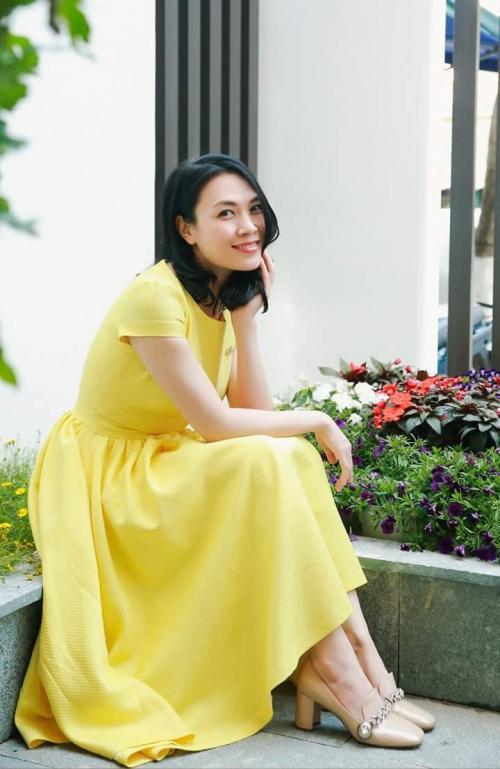 Mùng 3 Tết: Mỹ Tâm diện váy vàng nổi bật, đối lập dàn sao Việt mải mê với tông đen-1