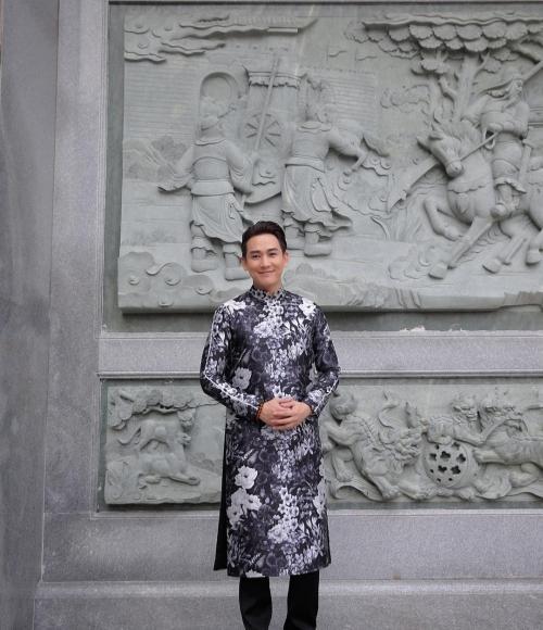 Mùng 3 Tết: Mỹ Tâm diện váy vàng nổi bật, đối lập dàn sao Việt mải mê với tông đen-8