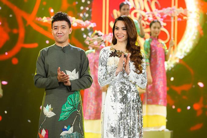 Mới đầu năm Hồ Ngọc Hà đã đụng hàng áo dài với Hoa hậu Kỳ Duyên-3