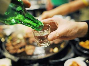 Để tránh uống rượu dịp Tết, tôi phải bịa ra việc từng bị vợ đánh!