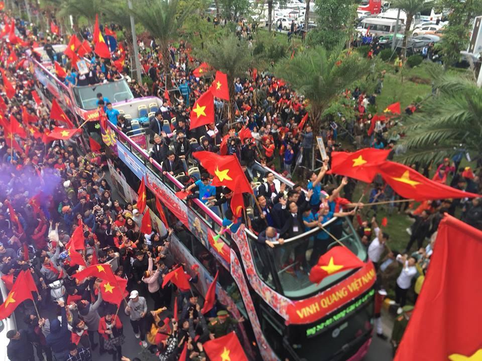 Tự sự ngày trở về của các cầu thủ U23 Việt Nam: Chỉ mong chiếc xe buýt đi mãi như thế!-2
