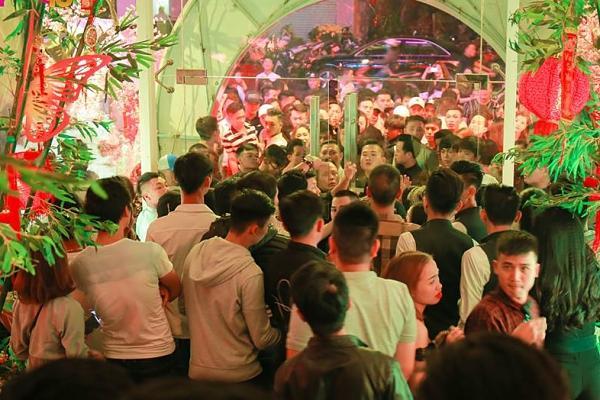 Mỹ Tâm gợi cảm ôm cột lắc tóc khiến quán bar đóng cửa vì quá tải khách-1