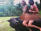 Khỏa thân cưỡi trâu, du khách Tây bị chỉ trích