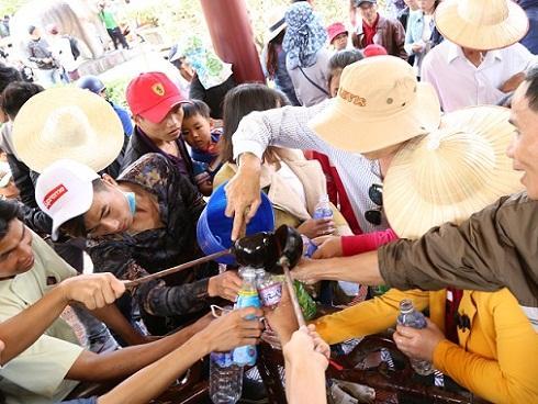 Ngàn người chen chân trẩy hội Tây Sơn, uống nước giếng cầu may