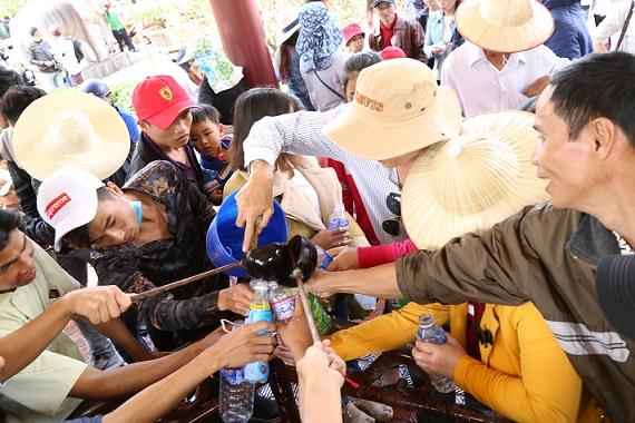 Ngàn người chen chân trẩy hội Tây Sơn, uống nước giếng cầu may-7