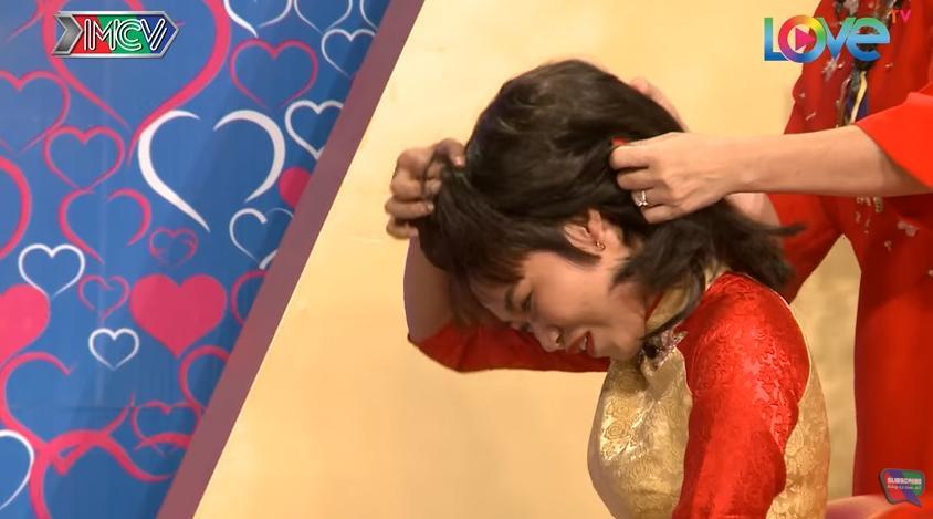 Chàng tên Sơn bán sơn hết hồn khi cô nàng siêu lầy lột tóc giả ngay trên sân khấu Bạn muốn hẹn hò-10