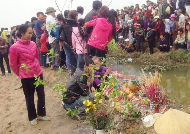 Bắt cá mãi không được, dân kéo nhau mang hương hoa đến... cúng!-2