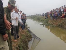 Con 'cá thần' gây xôn xao đã bị bắt: Người dân chen chân chạm vào cá cầu may, thả tiền xuống dòng kênh
