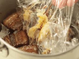 Loại bỏ lớp mỡ bị đông cứng trong nồi thịt kho chỉ trong tích tắc với mẹo đơn giản này!